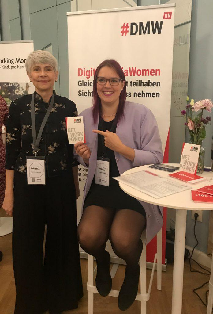 Anja Henningsmeyer und Johanna Illgner am DMW-Stand Mainz